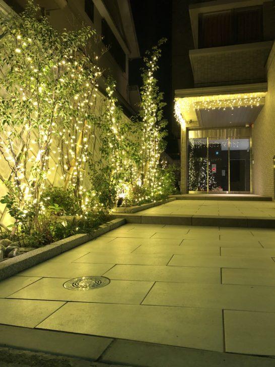 福岡のゴルフ練習場 スイングワン のビルエントランスにクリスマス装飾登場